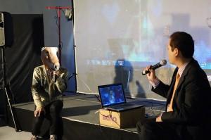 Synchloid Expo 2015。マッドサイエンティスト、なヲタ氏(左)と戯れるmamo社長(右)